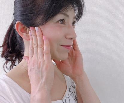 筋膜ストレッチで顔を整える。透明感のある肌、すっきりフェイスラインに